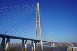 Landschaft mit Blick auf die russische Brücke gegen einen klaren blauen Himmel in Wladiwostok, Russland foto