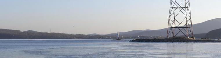 Seestück Panorama mit Blick auf Amur Bay und den Tokarev Leuchtturm in Wladiwostok, Russland