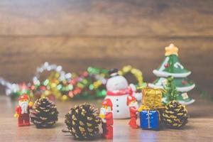 Chiang Mai, Thailand - 4. September 2017, Lego Santa Claus Miniaturen mit einem Weihnachtsbaum, der eine festliche Weihnachtsszene auf einem hölzernen Hintergrund darstellt