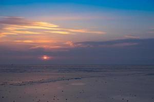 bunter bewölkter Sonnenuntergang über einem Strand bei amur Bucht in Wladiwostok, Russland foto