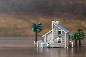 Miniaturarbeiter malen ein neues Haus, Renovierungskonzept foto