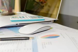 Geschäftsdokumente und Laptop