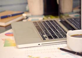 Laptop und Kaffee auf einem Schreibtisch