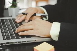 Geschäftsprofi, der an einem Laptop arbeitet foto