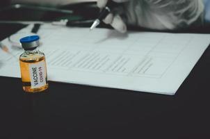 Impfstoff und Checkliste auf einem Tisch foto