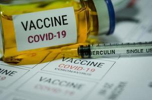 Covid-19-Impfstoff und Spritze foto