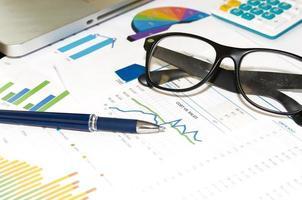 Stift und Brille auf Grafiken