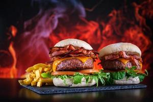 Hamburger mit Pommes mit Teller foto
