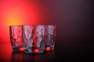 Brille mit rotem und schwarzem Hintergrund foto