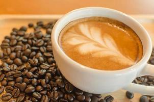 Latte und Kaffeebohnen foto