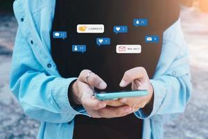 Frau spielt glücklich auf Smartphone mit Kommunikationssymbol foto