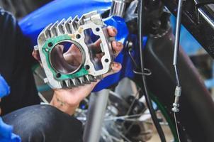 Hand hält Motorradteil foto