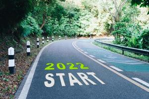 Startlinie bis 2022 auf der Straße für den Beginn einer Reise zum Ziel foto