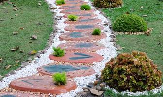 Weg in einem Garten foto