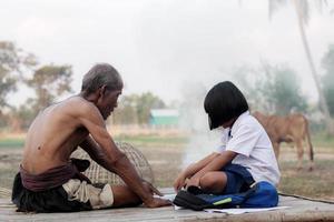 alter Mann und Mädchen auf dem Land foto