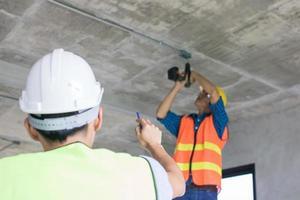 Bauarbeiter, die am Innenausbau arbeiten foto