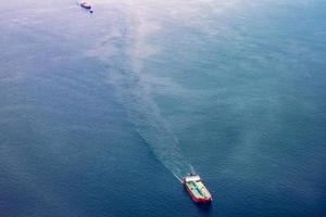 Frachtschiffe fahren über offenes Wasser foto