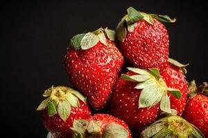 Makro Nahaufnahme von Erdbeeren in einem Glas foto