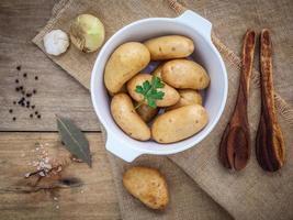 Draufsicht auf zum Kochen zubereitete Kartoffeln foto