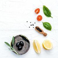 Olivenöl und frische Zutaten foto