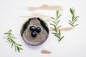 Olivenöl und Rosmarin foto