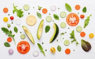 Draufsicht auf frische Kräuter und Gemüse