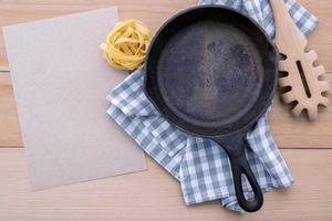 Pfanne und Pasta mit Menü Modell foto