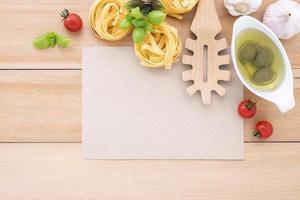 Draufsicht auf italienische Zutaten und Menümodell foto