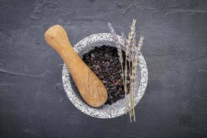 Kaffee und Lavendel in einem Mörser foto