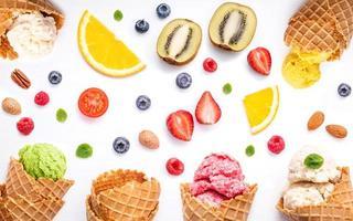 flache Lage von Früchten und Nüssen mit Eis foto