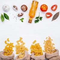 frische Zutaten und Nudeln