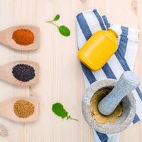 gemahlene Gewürze und Samen mit Senf