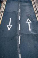 Pfeil Straßenschild auf der Straße foto