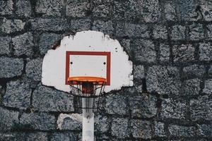 Basketballkorb auf der Straße foto