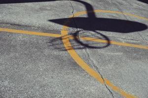 Schatten eines Basketballkorbs foto