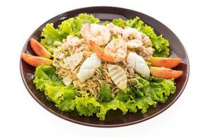 würziger Nudelsalat mit Meeresfrüchten nach thailändischer Art