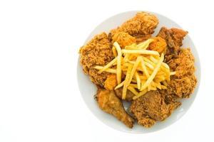 gebratenes Huhn und Pommes auf einem weißen Teller foto