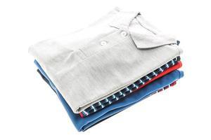 Mode-Poloshirts auf weißem Hintergrund