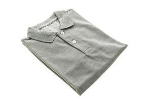 Mode-Poloshirt auf weißem Hintergrund