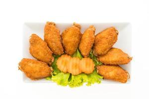 gebratene Hühnerflügel auf einem weißen Teller