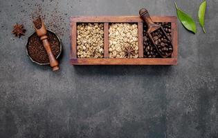 Schachtel gerösteten Kaffees mit Kaffeesatz foto