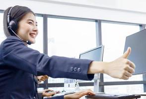 asiatischer Callcenter-Mitarbeiter besucht ein modernes Büro foto