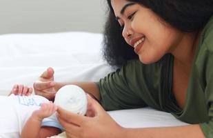 Mutter genießt es, ihren neugeborenen Sohn zu füttern foto