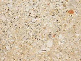 Beton- oder Zementwand mit Steinen als Hintergrund oder Textur foto