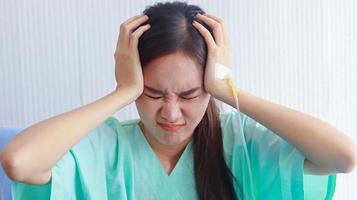 asiatische Frau, die an Depressionen leidet foto