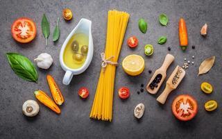 Draufsicht auf frische Spaghetti-Zutat foto