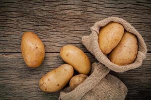 Kartoffelsäcke auf Holz foto