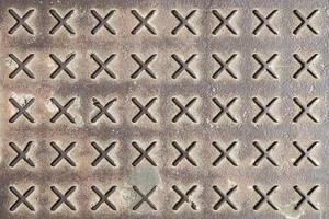 Textur der rostigen Metallbodenplatte mit bestoßenem Muster foto