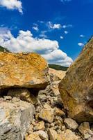 Steinblöcke an der Donauschlucht in Djerdap an der serbisch-rumänischen Grenze foto