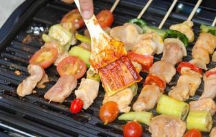 Bbq-Sauce auf Kebabs foto